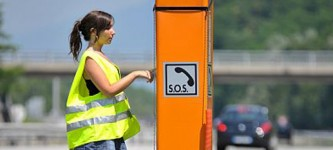borne orange sur autoroute
