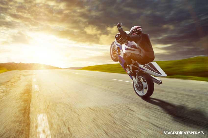 Tout ce qu'il faut savoir sur le wheeling à moto